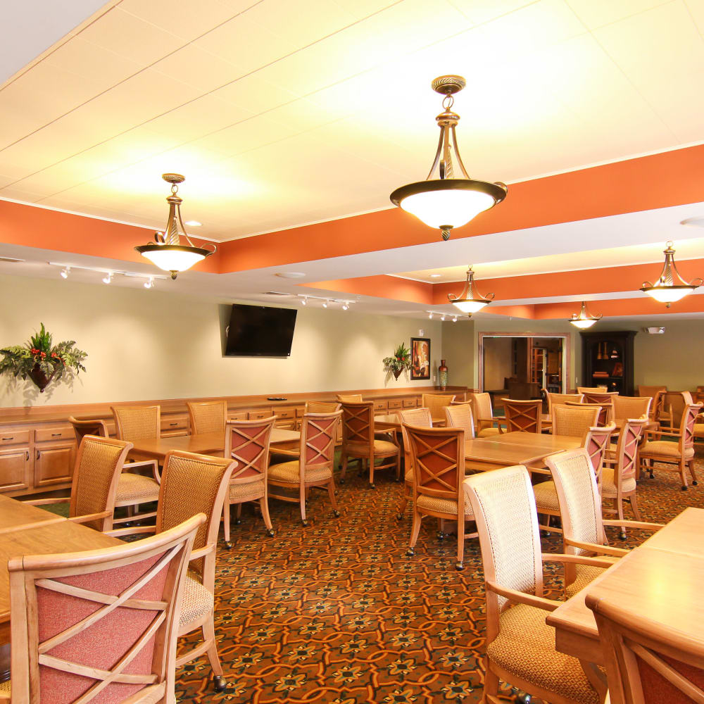 Resident dining room at Applewood Pointe of Roseville at Langton Lake in Roseville, Minnesota.