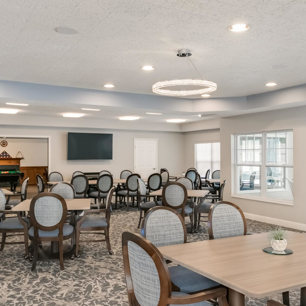 Dining room area at Applewood Pointe of Roseville in Roseville, Minnesota