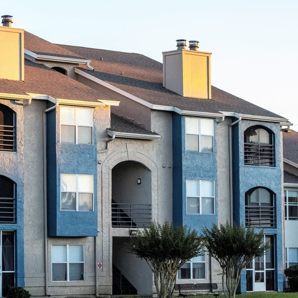A large apartment building at Onyx Winter Park in Casselberry, FL