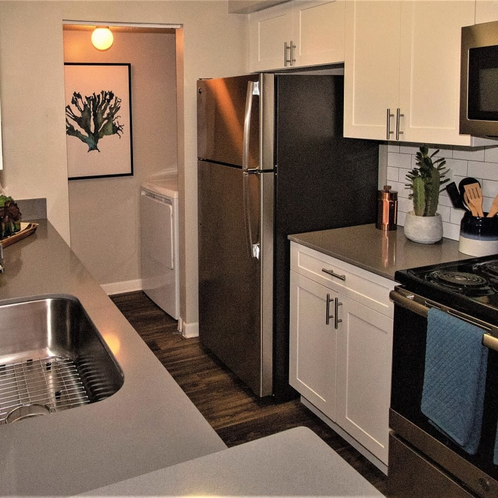 An apartment kitchen at Onyx Winter Park in Casselberry, FL