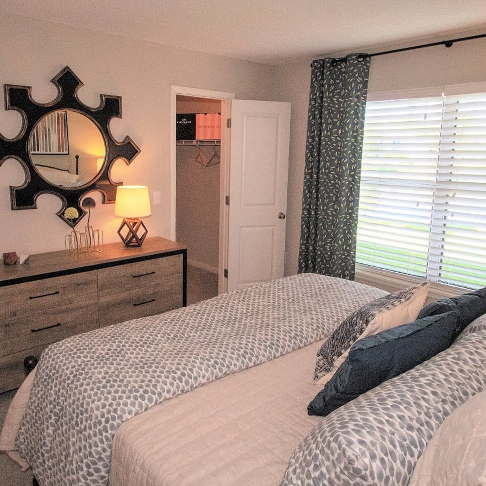 A large bedroom at Onyx Winter Park in Casselberry, FL