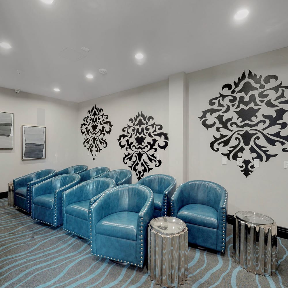 Comfortable seating in the clubhouse lounge at Oaks 5th Street Crossing City Center in Garland, Texas