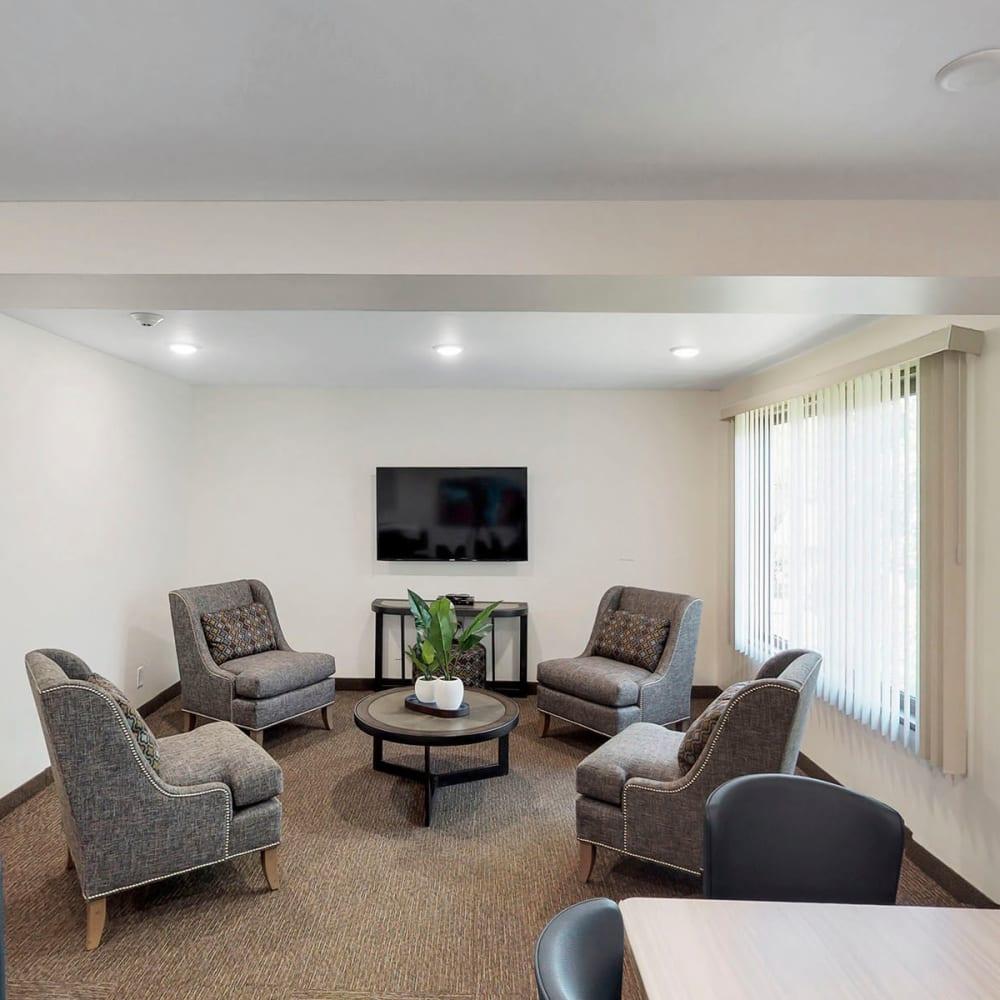 Comfortable seating area near the flatscreen TV in the lounge at Oaks Braemar in Edina, Minnesota