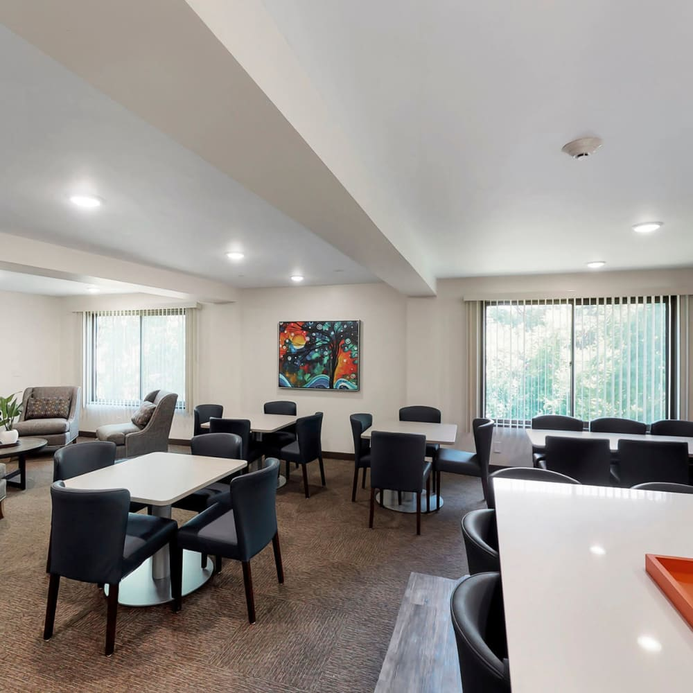 Resident clubhouse lounge with ample places to sit and with friends at Oaks Braemar in Edina, Minnesota