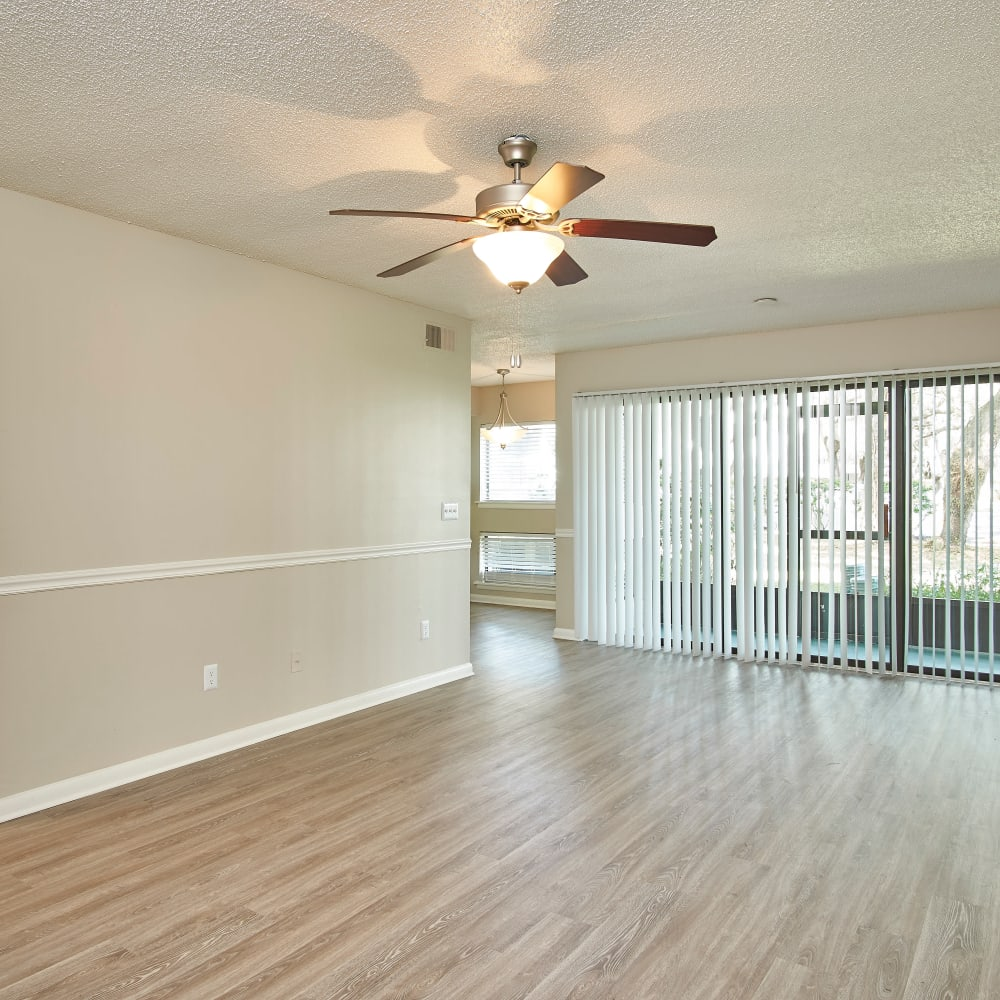 A spacious living room with a ceiling fan at Westwood @60 in Brandon, Florida