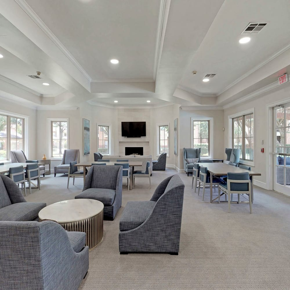 Spacious and well-furnished resident clubhouse at Oaks Riverchase in Coppell, Texas