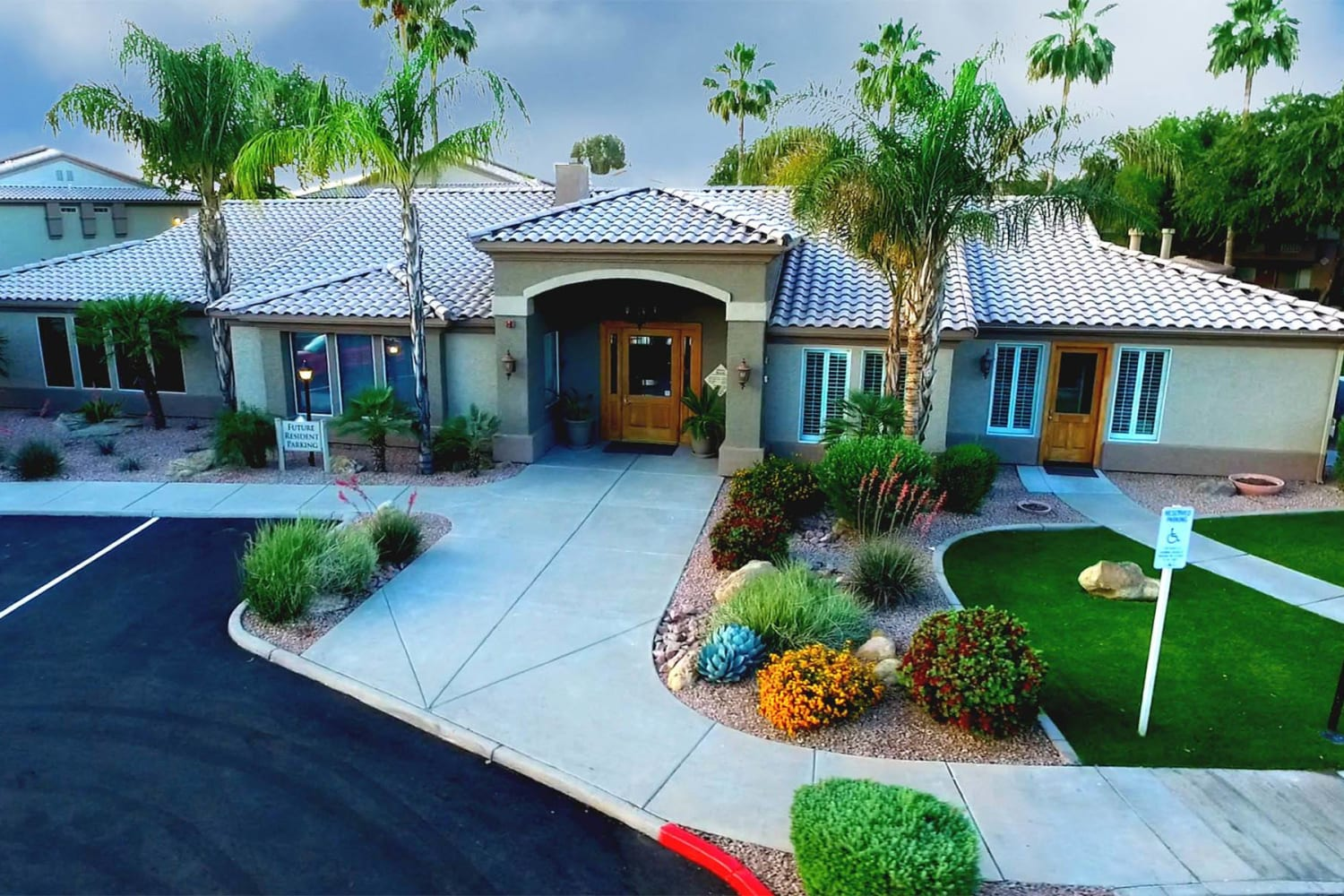 Well-maintained grounds at Ocotillo Bay Apartments in Chandler, Arizona