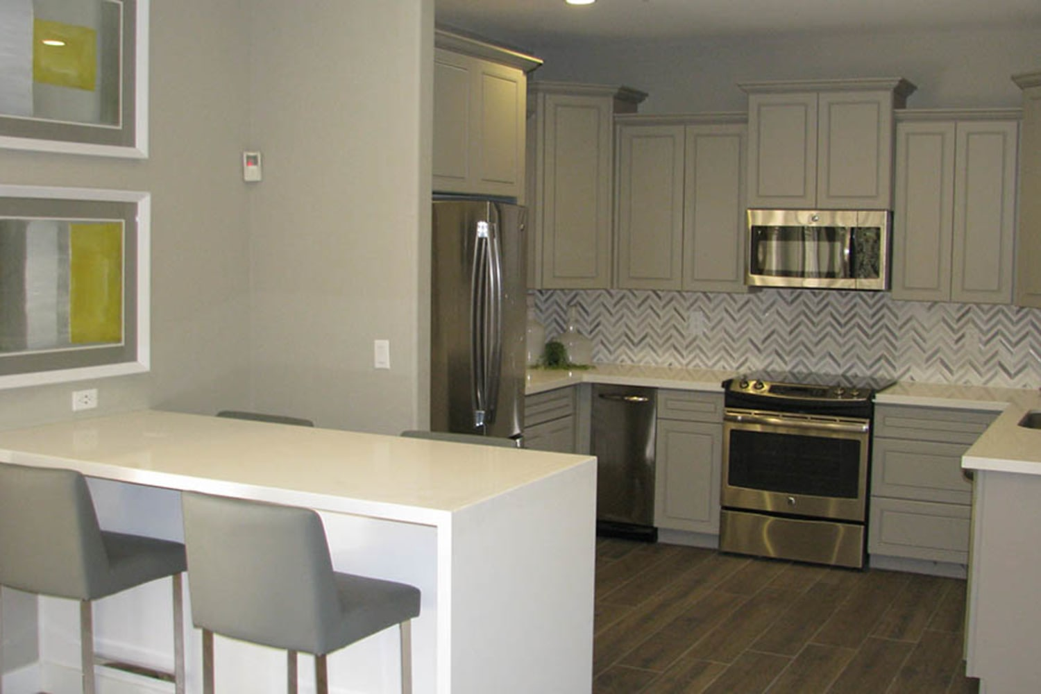 Ocotillo Bay Apartments in Chandler, Arizona, offer large kitchens with ample counter space and breakfast bars