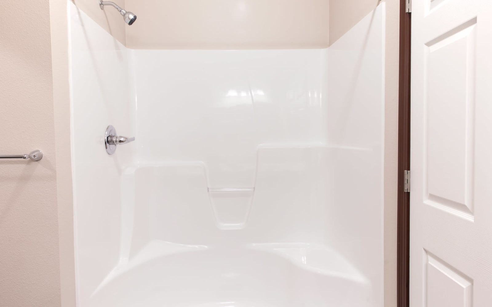 Large apartment shower at Ironwood in Altoona, Iowa