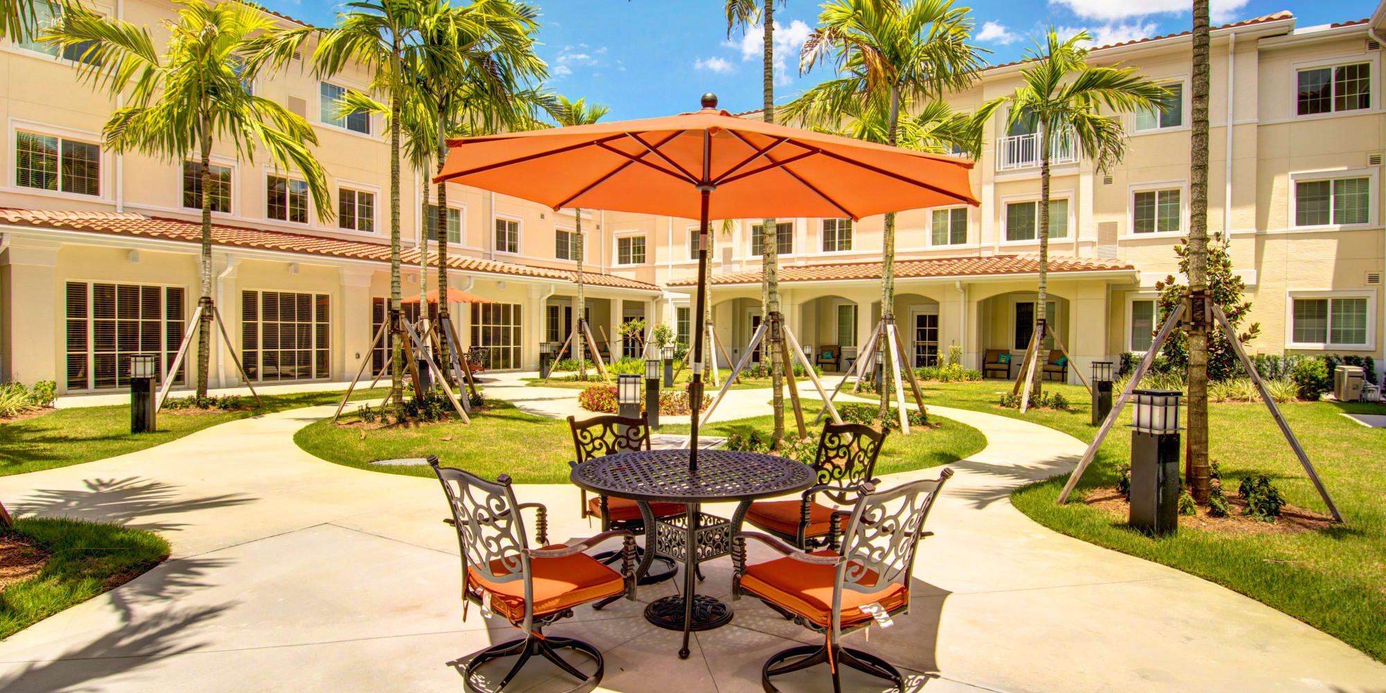 The Meridian at Boca Raton courtyard with tables and chairs