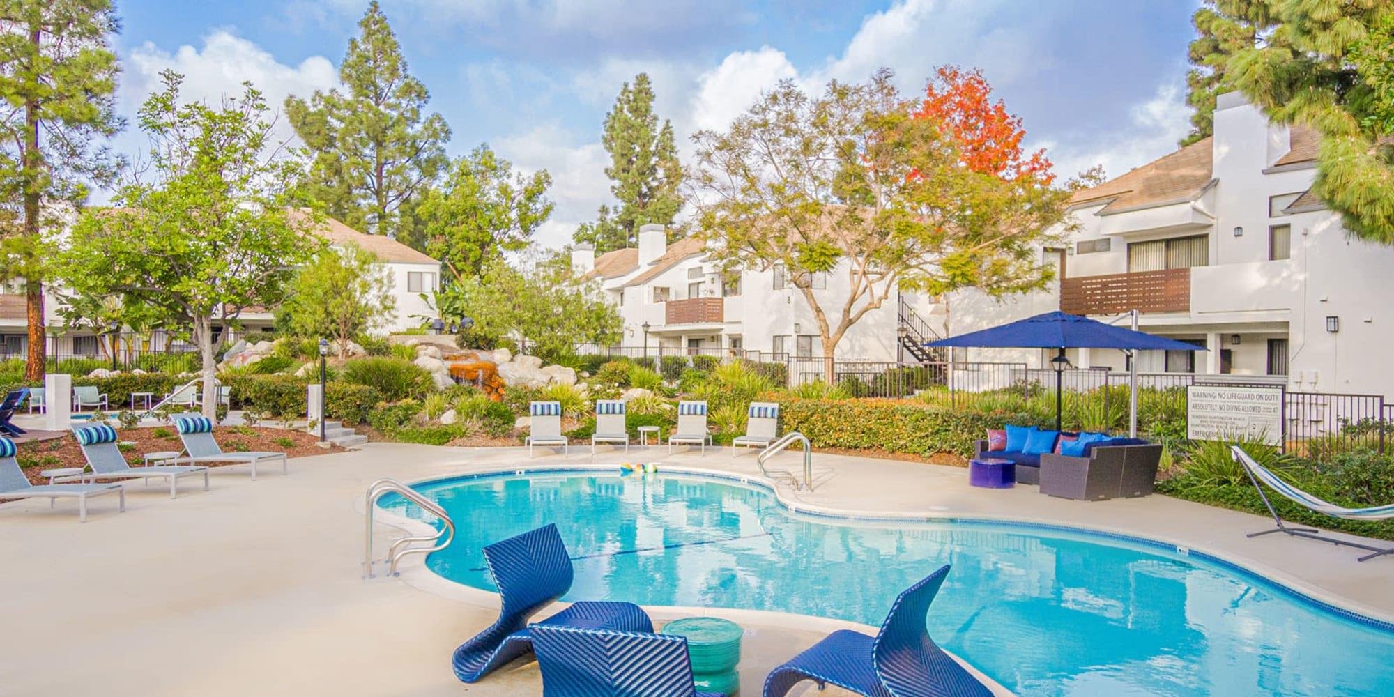 Ample seating areas around the swimming pool at Sendero Huntington Beach in Huntington Beach, California