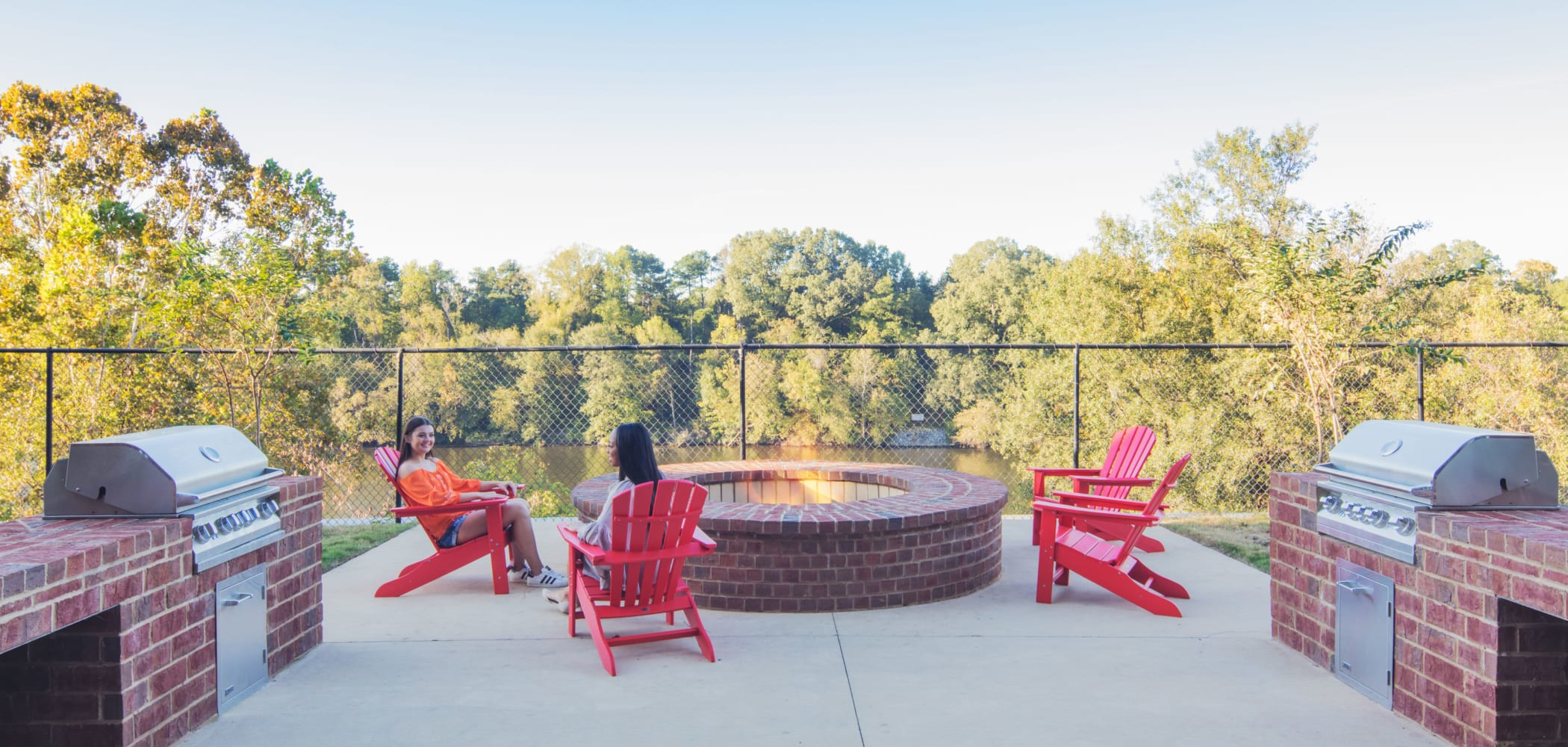 Outdoor patio area at evolve Tuscaloosa in Tuscaloosa, Alabama