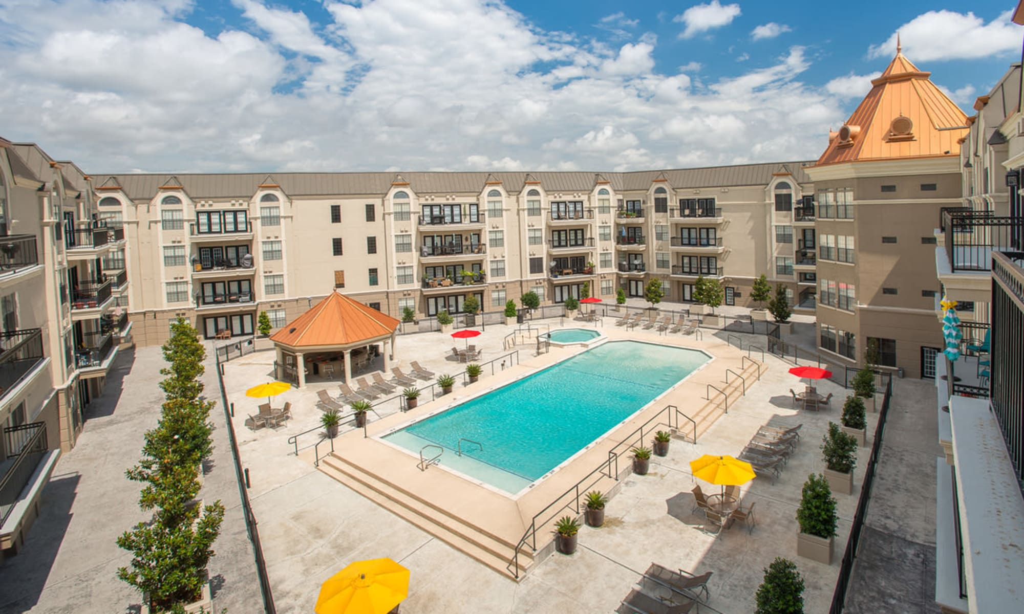 Apartments at Chateau de Ville in Farmers Branch, Texas