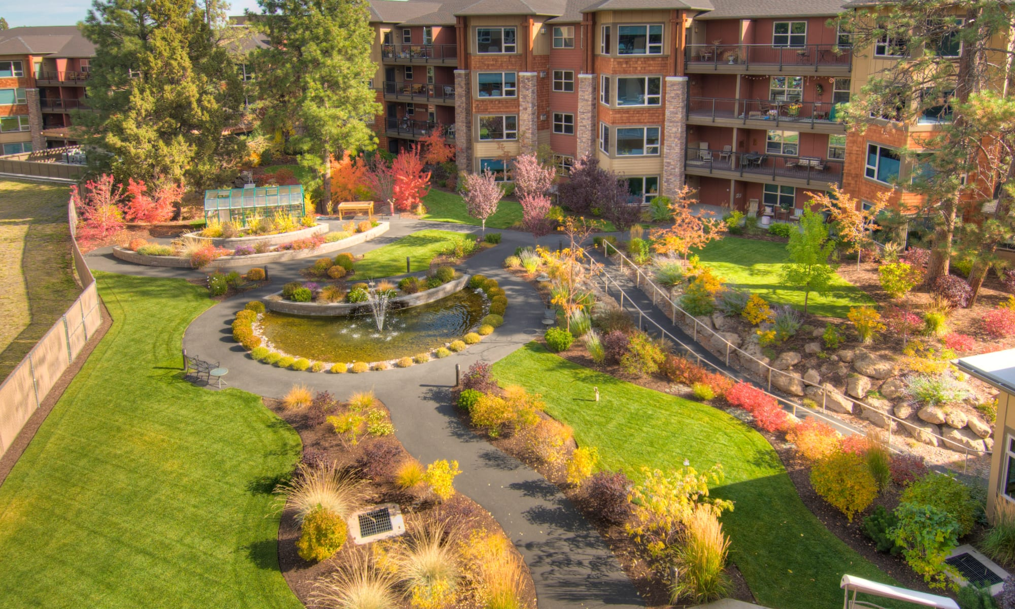 The beautifully landscaped courtyard at Touchmark at Mount Bachelor Village in Bend, Oregon