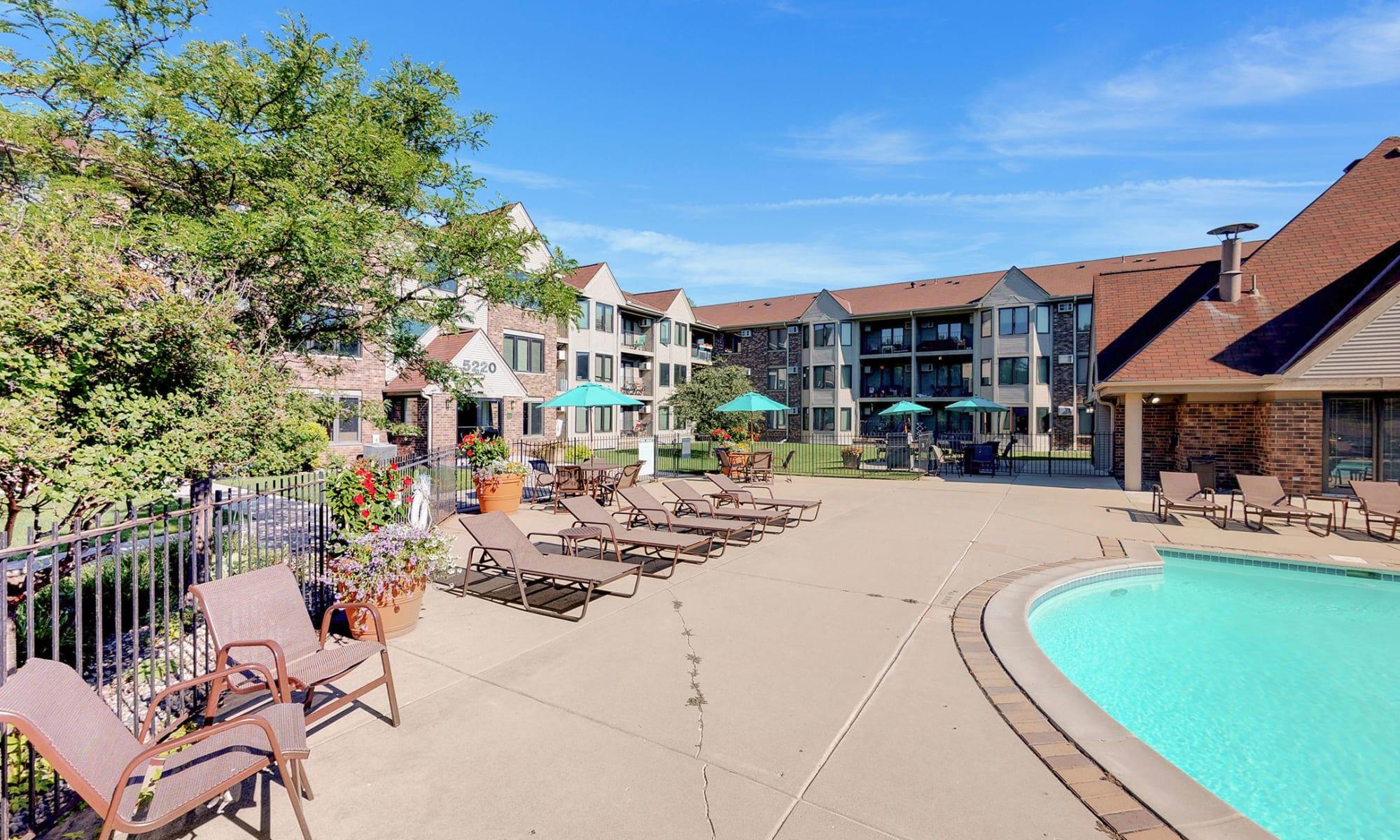 Apartments in Edina, Minnesota at Oaks Lincoln Apartments & Townhomes