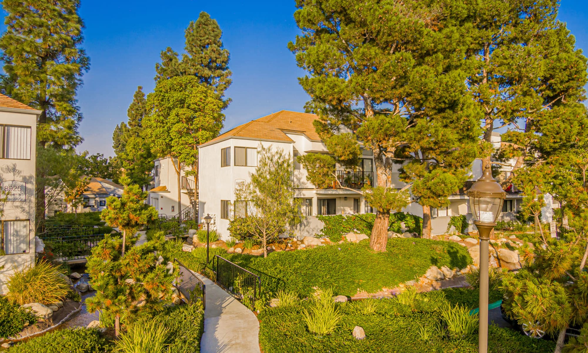 Lush and very well-maintained grounds at Sendero Huntington Beach in Huntington Beach, California