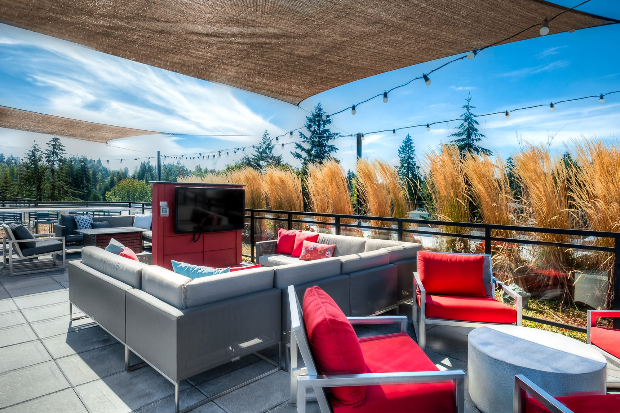 Rooftop accommodations with lounge and TVs at Tria Apartments