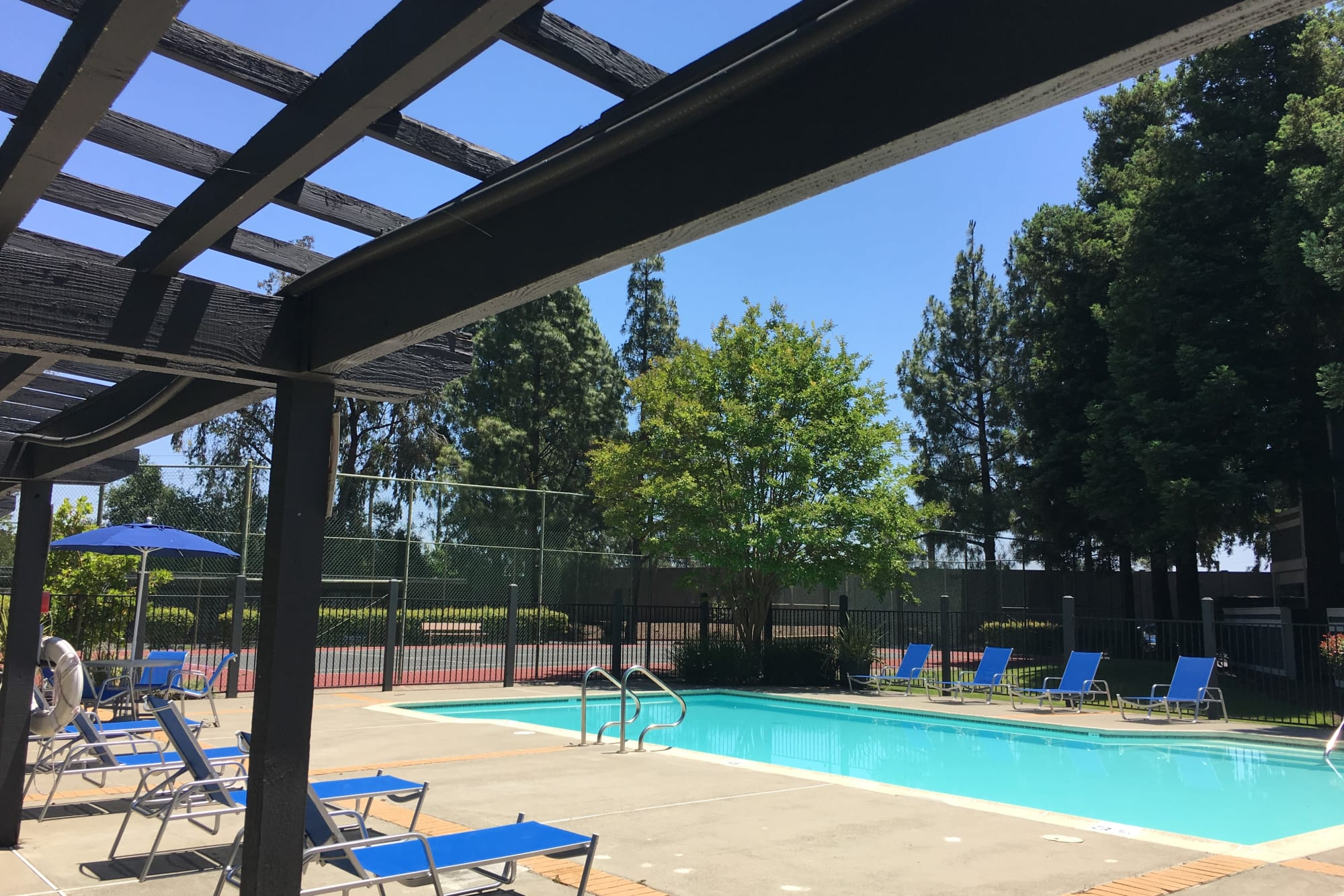 The poolside lounge area at Avery Park Apartments in Fairfield, California