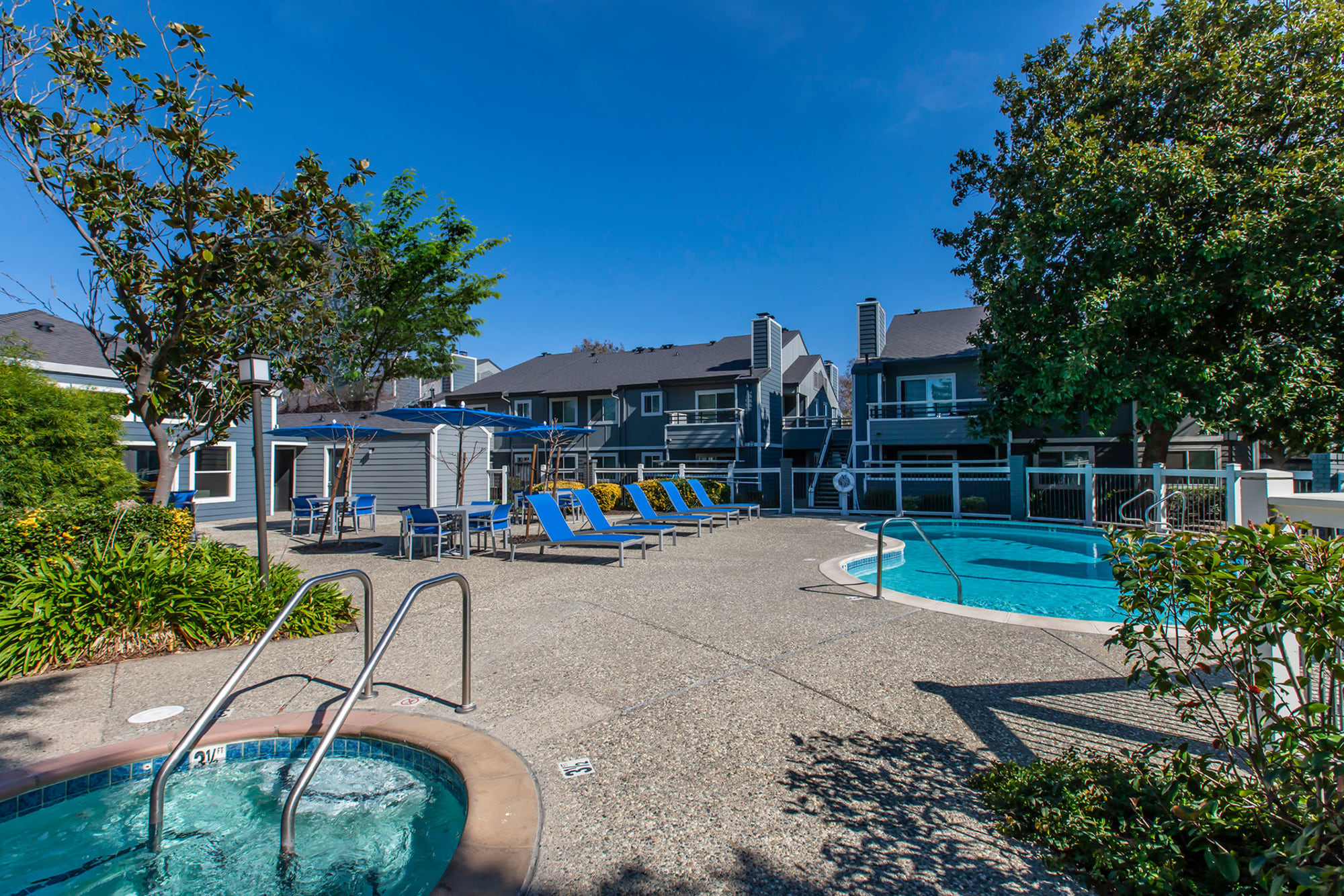 Pool and hot tub on a sunny day at Bennington Apartments in Fairfield, California