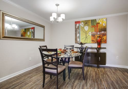 Dining room at Emerald Pointe Apartment Homes in Harvey, Louisiana