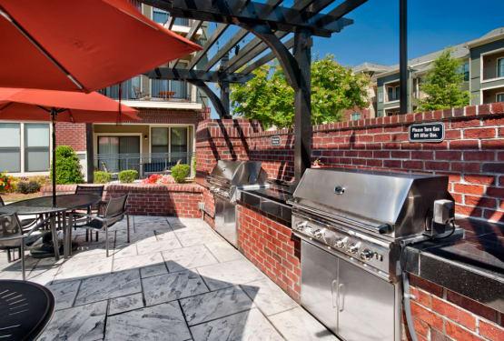 Barbecue area at Perimeter Lofts in Charlotte, North Carolina