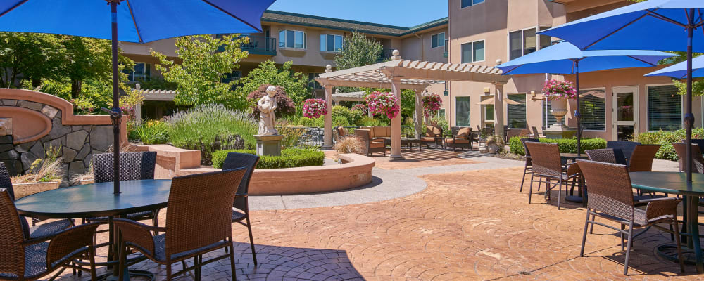 Sunny courtyard at The Springs at Anna Maria in Medford, Oregon