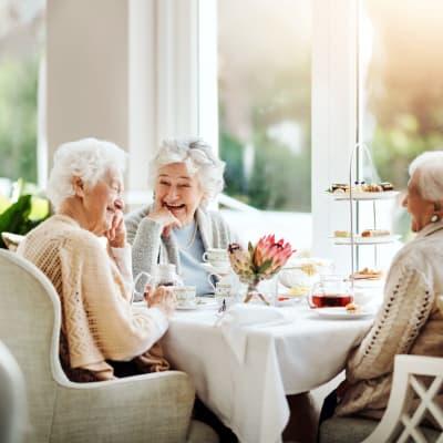 Residents sitting in a sunlit cafe eating breakfast at York Gardens in Edina, Minnesota