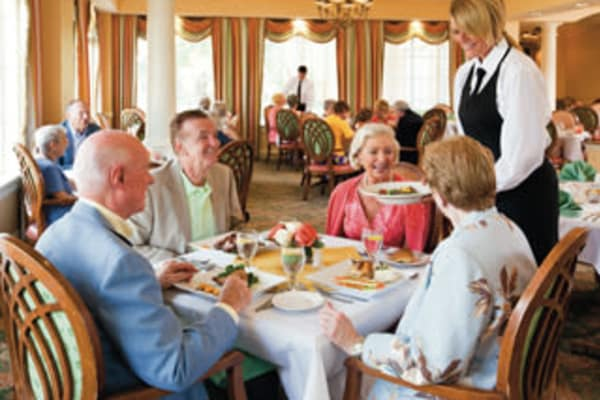 Residents dinning together at Discovery Senior Living in Bonita Springs, Florida