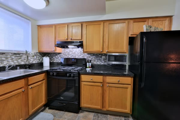 Taylor Park Apartment Homes offers a modern kitchen in Nottingham, Maryland