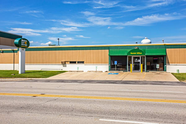Facility exterior view at Metro Self Storage in Des Plaines, Illinois