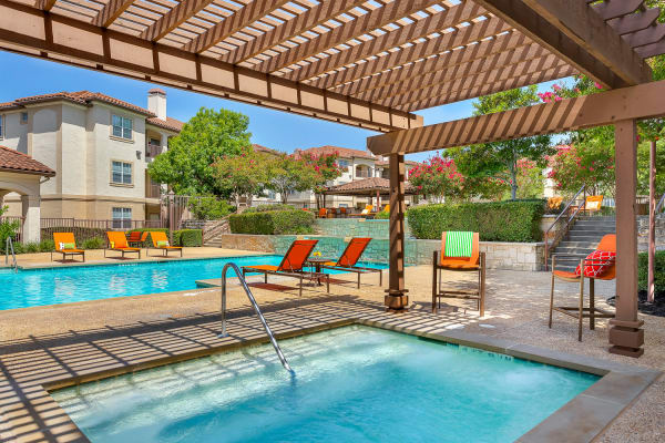 Luxury Jacuzzi and swimming pool at Mira Vista at La Cantera in San Antonio, Texas