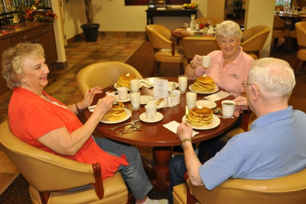 Residents dining together at Steeplechase Retirement Residence in Oxford, Florida