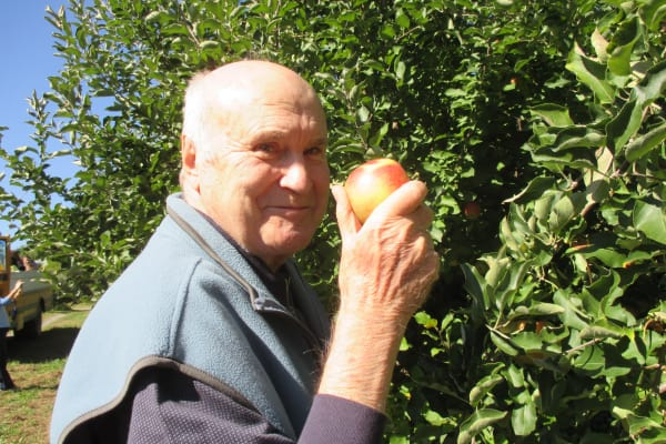 A resident of Palms at Bonaventure Assisted Living in Ventura, California holding an apple