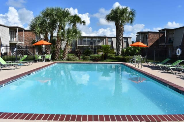 Apartments in Harvey, Louisiana with a swimming pool