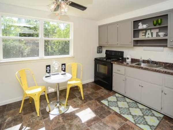 Model kitchen at Wedgewood Hills Apartment Homes
