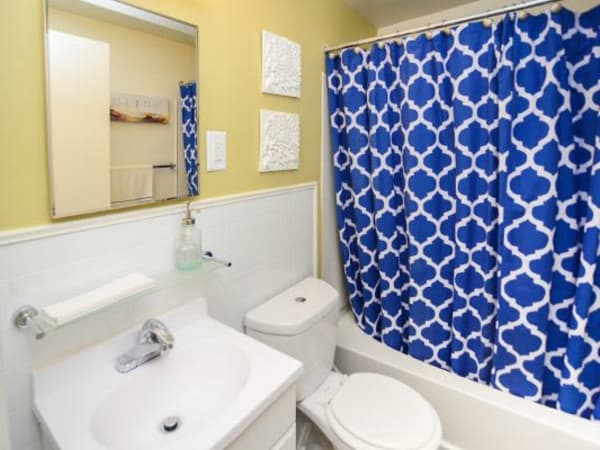 Model bathroom at Wedgewood Hills Apartment Homes