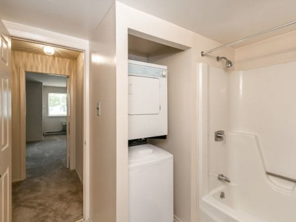 Model bathroom at Lincoln Park Apartments & Townhomes