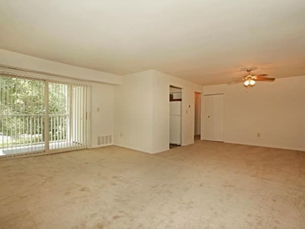 Glen Mar Apartment Homes offers a spacious living room in Glen Burnie, Maryland