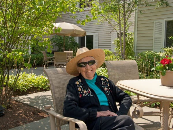 A resident enjoying the courtyard at Patriots Glen in Bellevue, Washington.