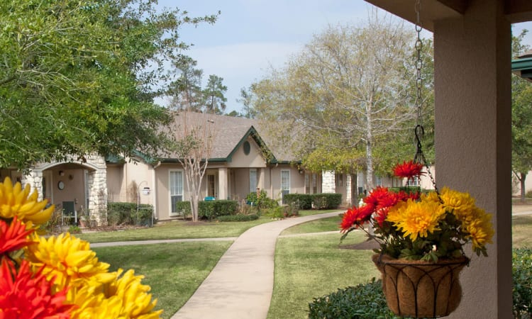 Lush grounds and winding walkways at Carriage Inn Conroe in Conroe, Texas