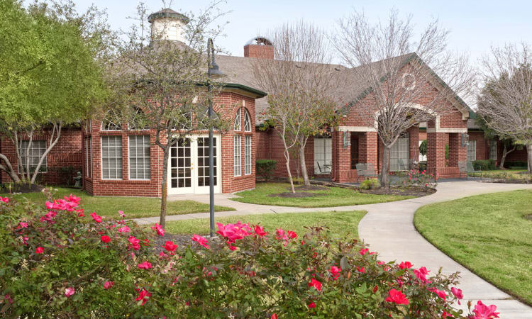 Well manicured courtyard at Village on the Park Steeplechase in Houston, Texas