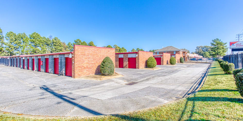 Large driveways around Devon Self Storage in Memphis, Tennessee
