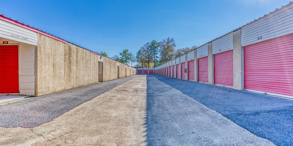 Large open driveways through Devon Self Storage in Memphis, Tennessee