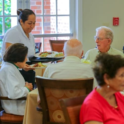 Residents dining at The Crossings at Ironbridge in Chester, Virginia