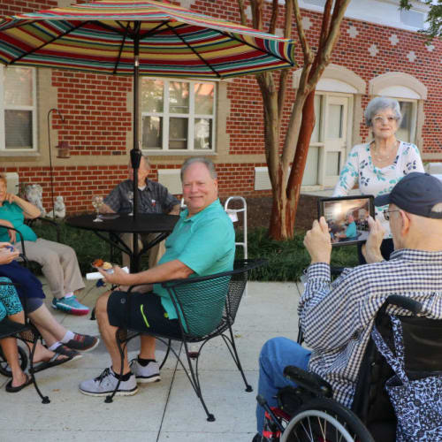 Residents dining outside at The Crossings at Ironbridge in Chester, Virginia