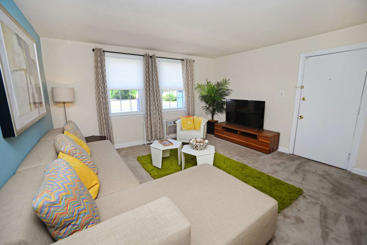 Oak Grove Apartments & Townhomes offers a beautiful living room in Middle River, MD