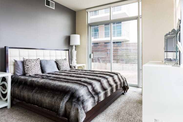 The Heights at Park Lane apartments in Dallas, TX showcase a renovated bedroom