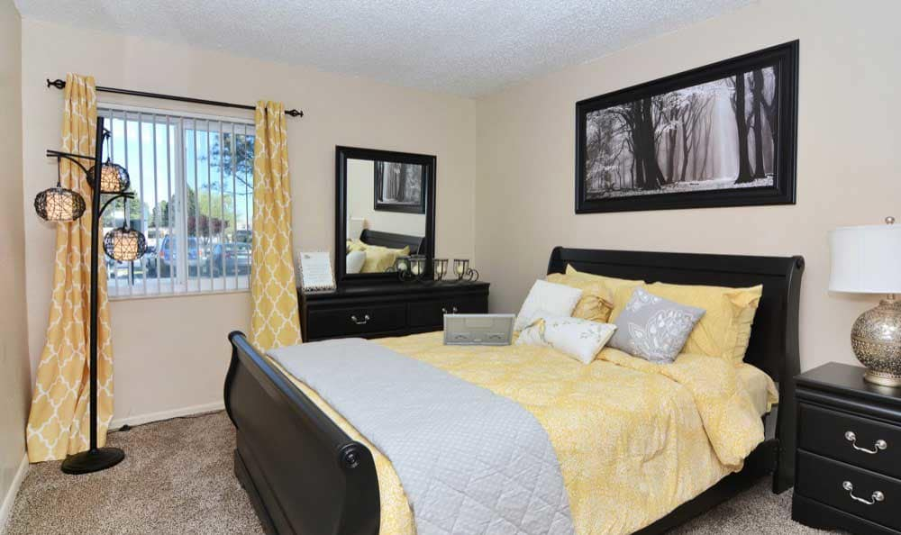 The Pearl at Spring Creek showcases a cozy bedroom in Albuquerque
