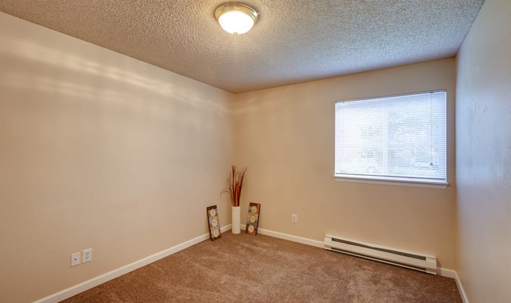 Spacious guest room with plush carpet at Arbor Chase Apartment Homes in Kent