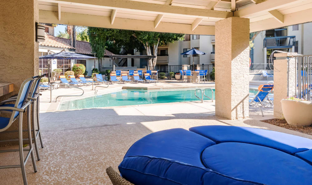 Covered seating area near the pool at Elliot's Crossing Apartment Homes in Tempe